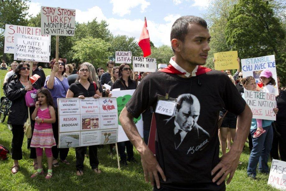 Plus d'une centaine de Montréalais ont manifesté leur... (Photo: Robert Skinner, La Presse)