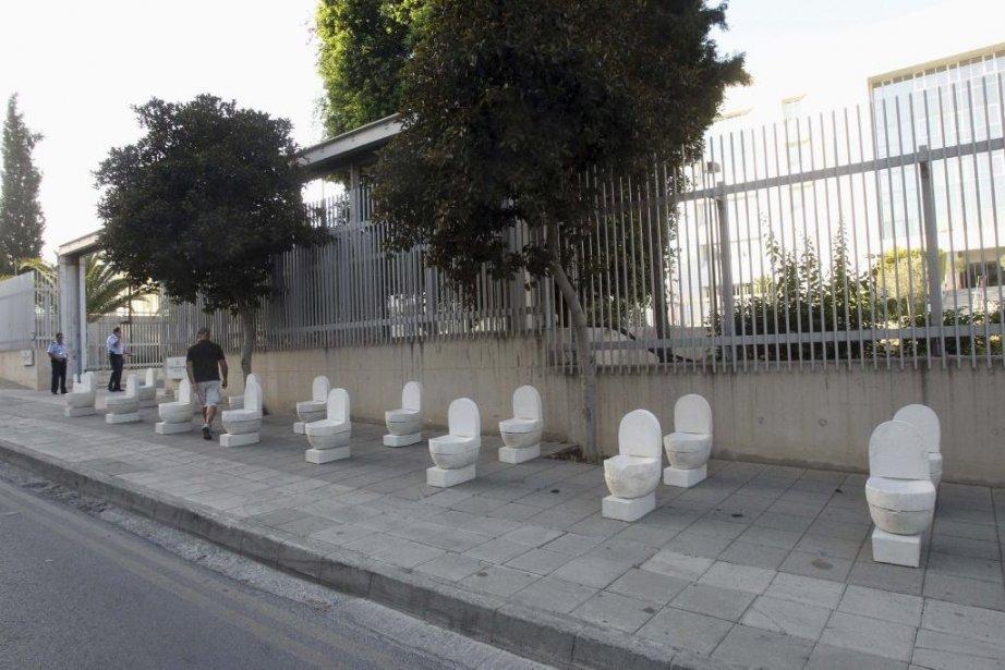 Un artiste chypriote a exposé lundi une vingtaine de... (Photo: Reuters)