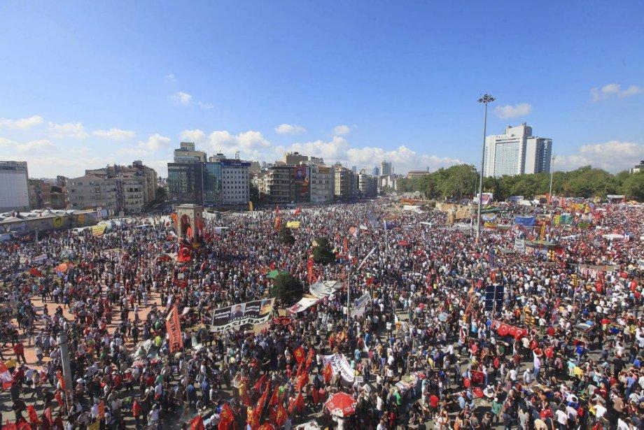 Des milliers de protestataires s'étaient rassemblés dimanche sur... (PHOTO MIRA, agence france-presse)