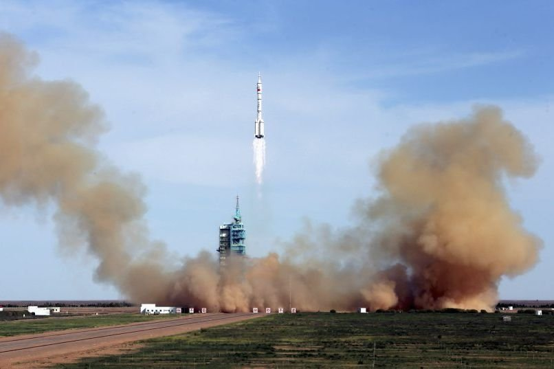 La fusée Longue Marche transportant Shenzhou X a... (PHOTO CHINA STRINGER NETWORK)