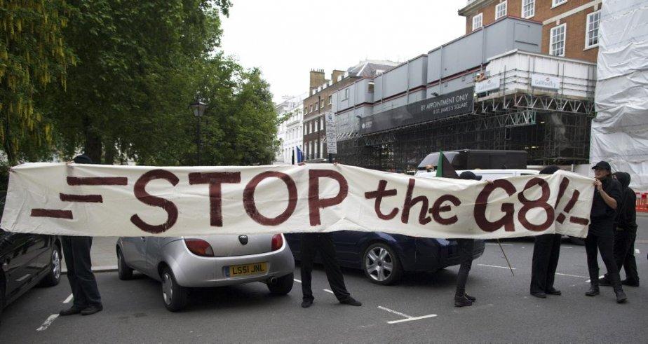 Des manifestants à Londres tiennent une bannière en... (PHOTO ANDREW COWIE, agence france-presse)