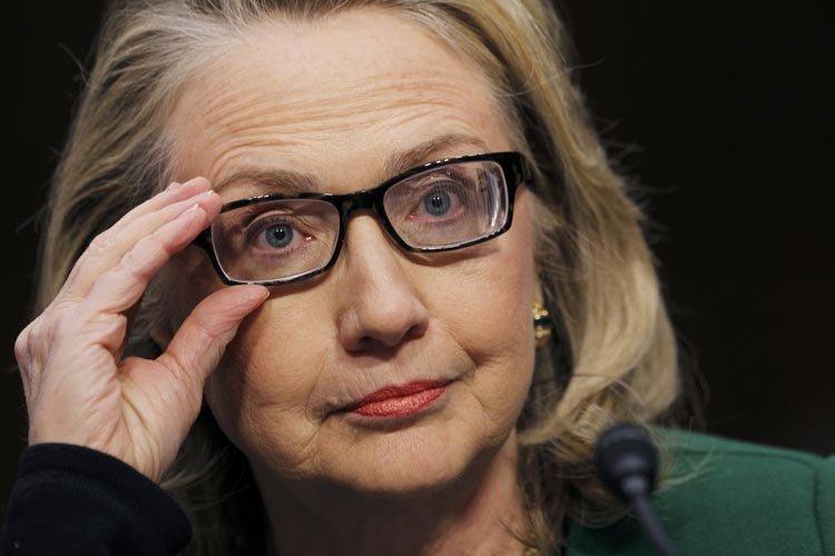 Des agents de la sûreté diplomatique protégeant Hillary... (Photo: Reuters)