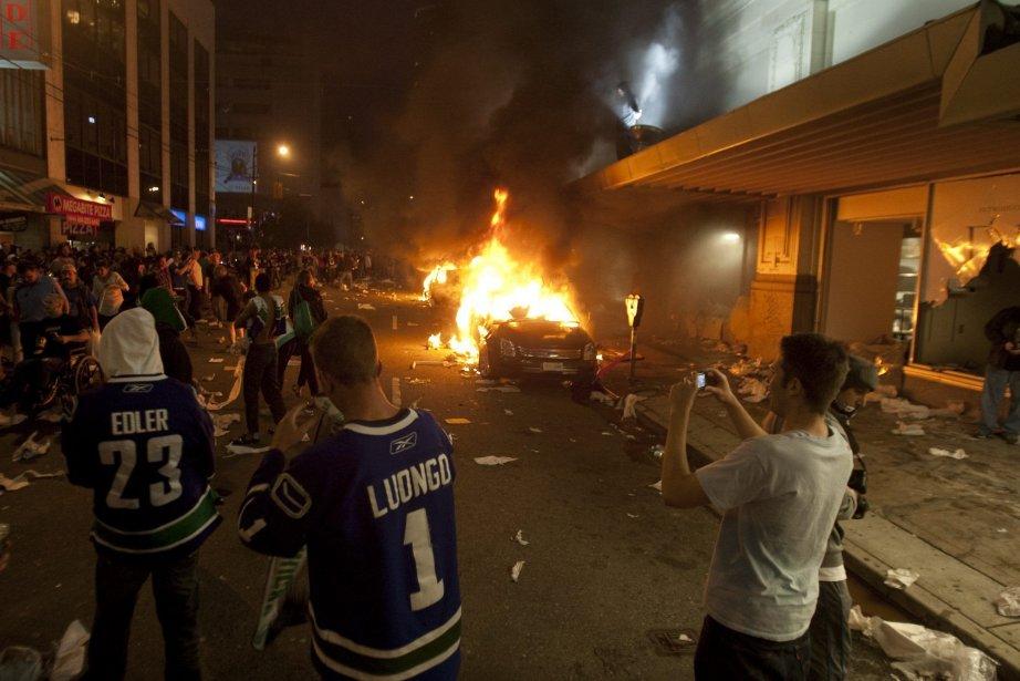 Émeute à la suite de la défaite des... (Photo Presse canadienne Ryan Remiorz)