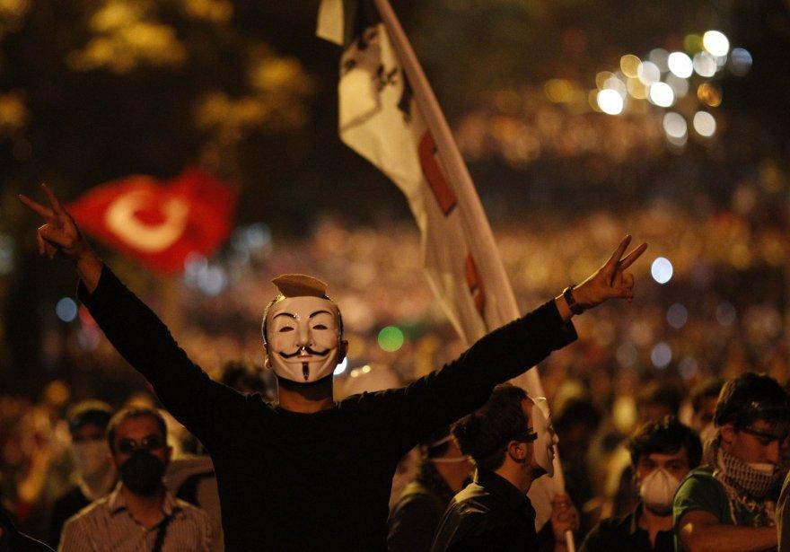 Dans les manifestations, certains protestataires ont repris le... (PHOTO UMIT BEKTAS, REUTERS)