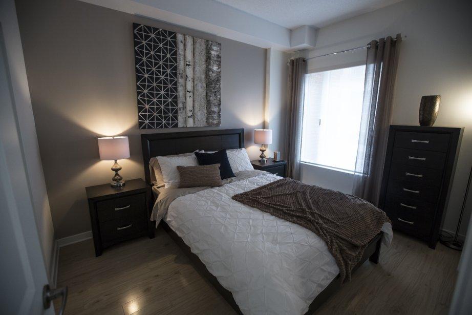 La chambre, de bonnes dimensions, est dotée d'une penderie de style walk-in. (Photo Olivier Pontbriand, La Presse)