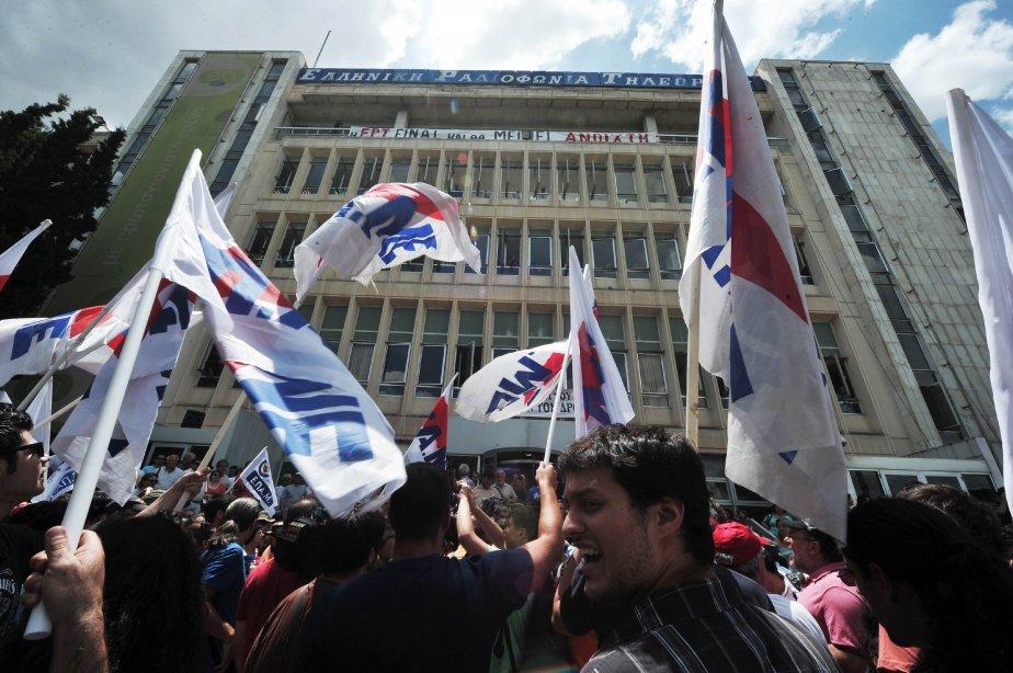 La foule afflue en mi-journée pour soutenir les... (PHOTO LOUISA GOULIAMAKI, AFP)