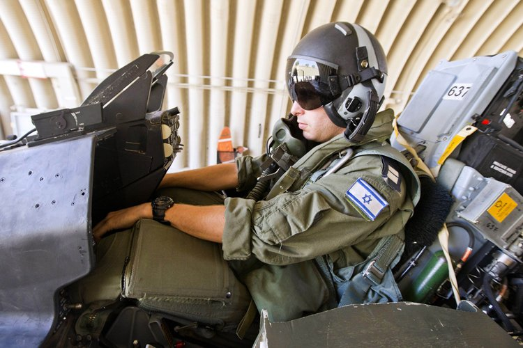 Des pilotes de l'aviation israélienne s'entraînent... (Photo: AFP)