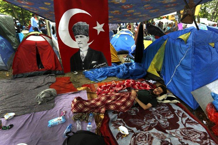 Après l'évacuation manu militari mardi de la place... (Photo: Reuters)