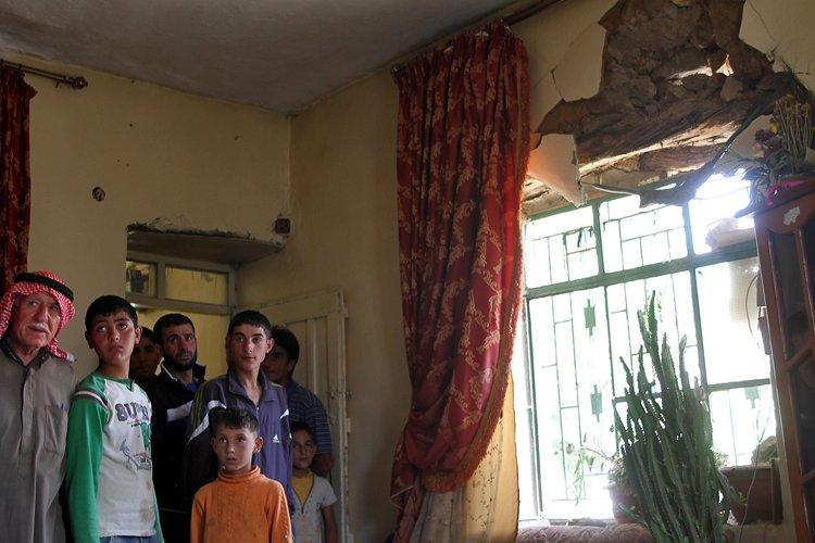 Des civils libanais inspectent leur maison qui fut... (Photo: AFP)