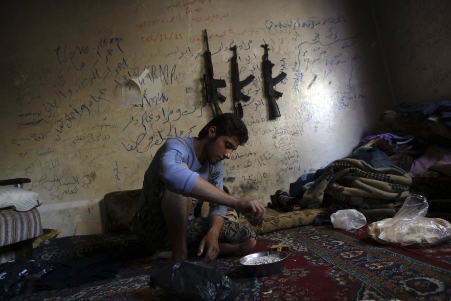 Un membre du groupe de rebellesMartyr Al-Abbas.... (PHOTO MUZAFFAR SALMAN, REUTERS)