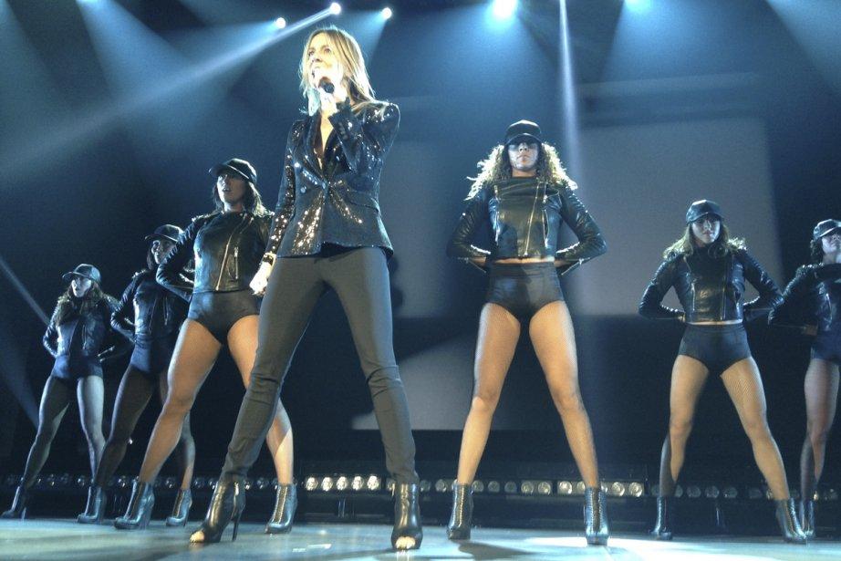 Véronic DiCaire est entourée de six danseuses dans... (Photo: Le Droit)