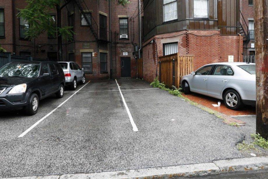 Ces deux emplacements de stationnement, à l'arrière du... (Photo Michael Dwyer, AP)