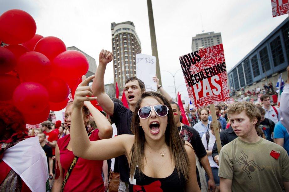 Des manifestants dans les rues du centre-ville le... (PHOTO MARCO CAMPANOZZI, LA PRESSE)