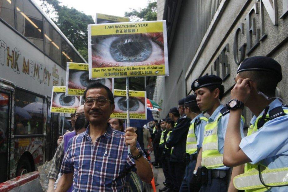 Des centaines de personnes ont manifesté samedi à... (Photo Kin Cheung, AP)