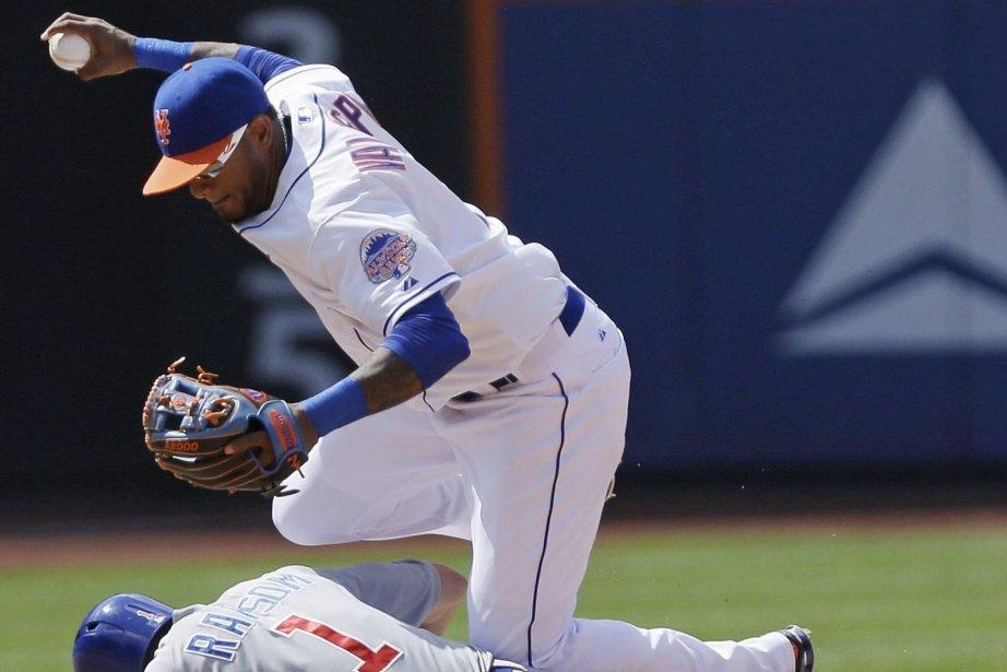 Jordany Valdespin saute pour éviter le joueur des... (Photo Frank Franklin II, AP)