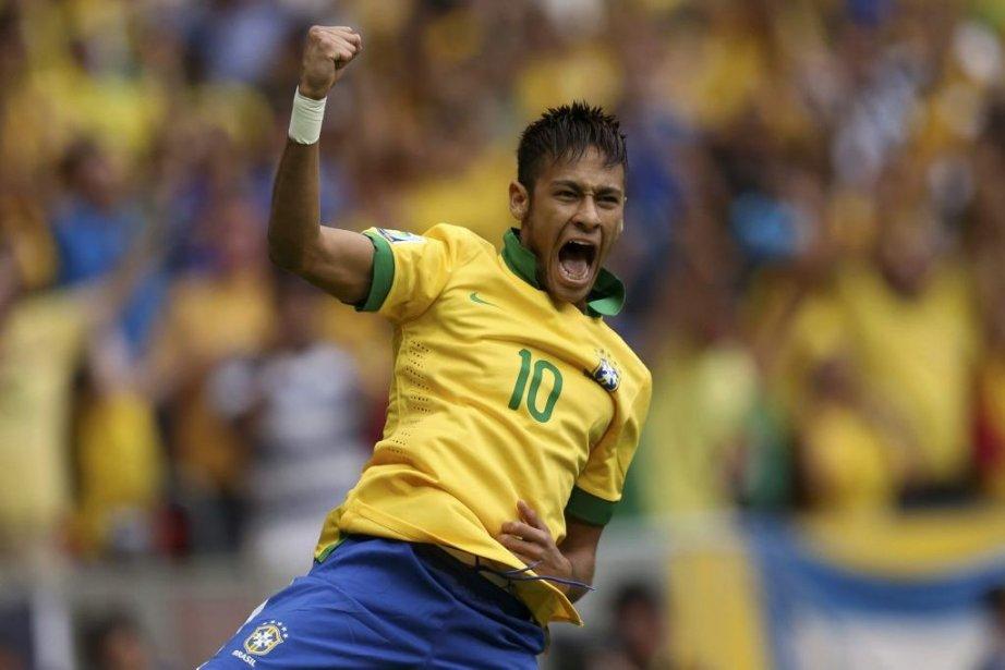 Neymar a compté son 21e but sous le... (PHOTO UESLEI MARCELINO, REUTERS)