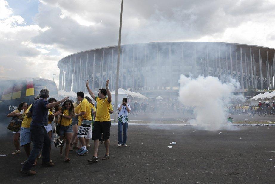 La police disperse 3000 manifestants avec des bombes... (Photo REUTERS)