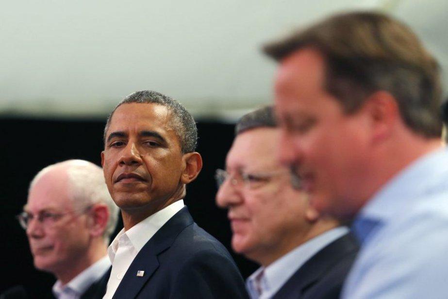 Le président américain Barack Obama observe le premier... (PHOTO ANDREW WINNING, REUTERS)