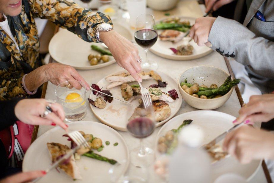 Les repas se déroulent dans des restaurants de Paris