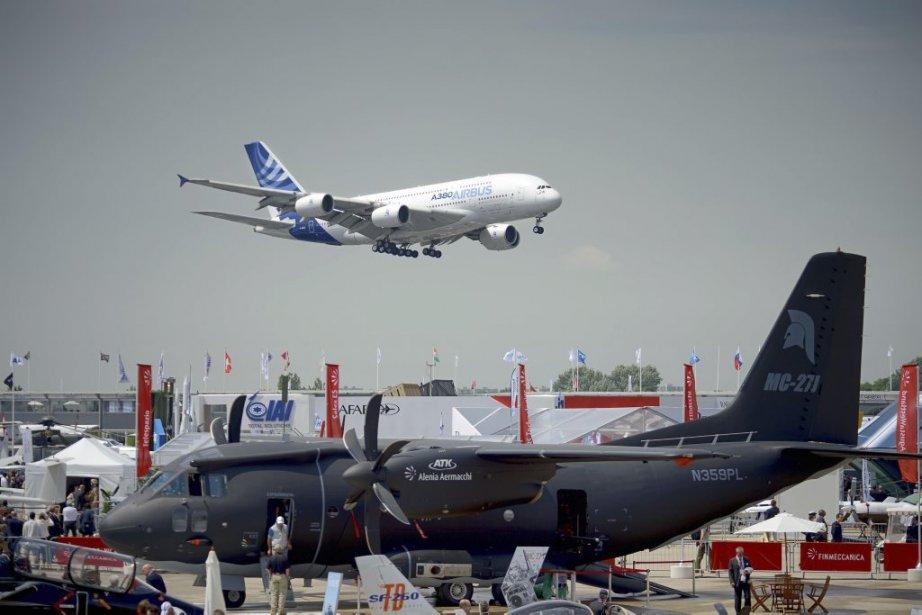 Un Airbus 380 survole l'aéroport Le Bourget le... (PHOTO ERIC FEFERBERG, AFP)