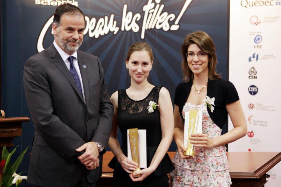 Pierre Duchesne remet deux prix Excelle Science (5000$)...