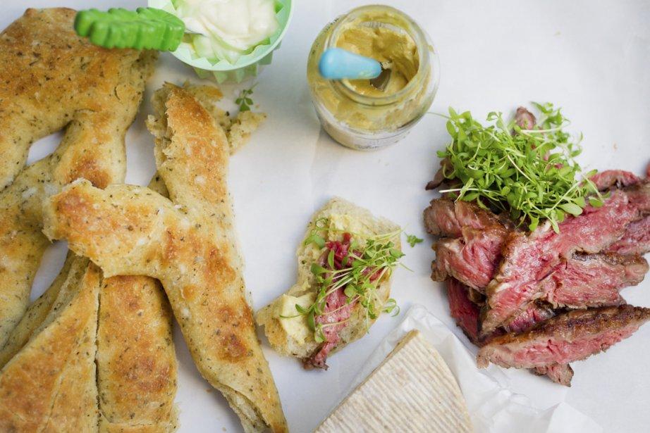 La culotte de faux filet est servie sur une fougasse et un soupçon de moutarde. (Photo Anne Gauthier, La Presse)