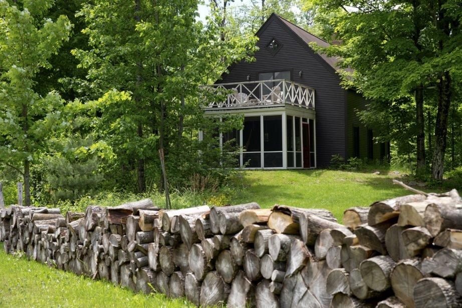 La maison est recouverte de planches de pin, teintes brun chocolat. (Photo David Boily, La Presse)
