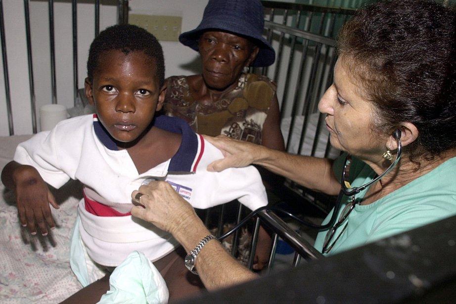La docteure cubaineEstella Torres soigne un Haïtien.... (Photo)