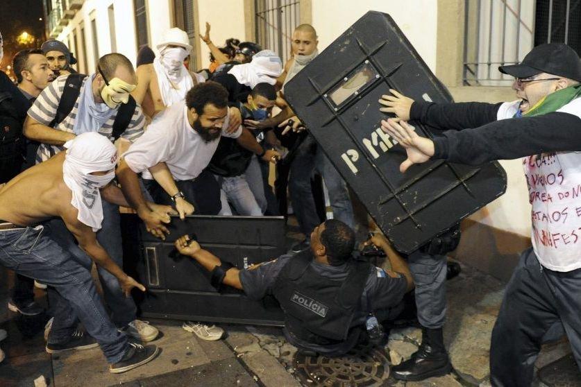 Affrontement entre policiers et manifestants à Rio de... (Photo AFP)