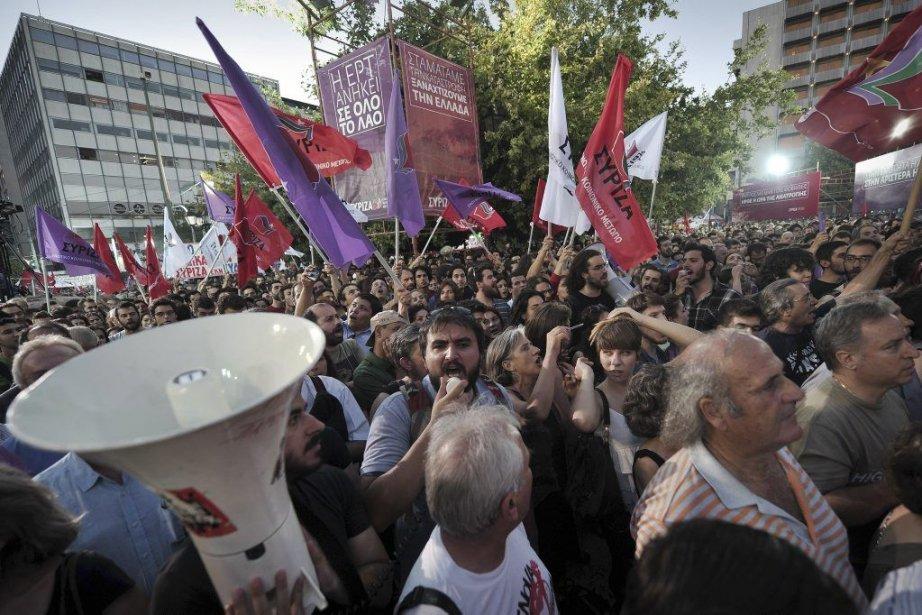 Des manifestants sont dans la rue depuis la... (PHOTO LOUISA GOULIAMAKI, AFP)