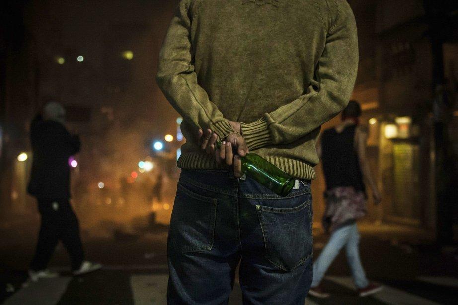 Un manifestant se prépare pour affronter les forces de l'ordre lors d'une manifestation à São Paulo, le 18 juin. | 19 juin 2013