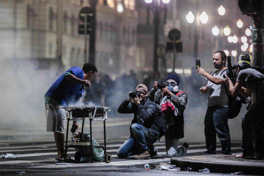 Alors que les manifestations battent leur plein dans les rues de São Paulo, cet étudiant préfère se consacrer à un petit «barbecue», le 19 juin. | 19 juin 2013