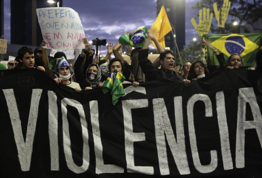Des manifestants défilent derrière une bannière où l'on peut lire en portugais «Pas de violence», lors d'un rassemblement à São Paulo, le 17 juin. | 19 juin 2013
