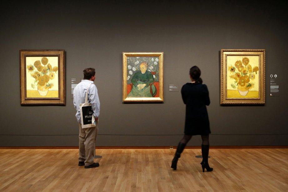 Deux tableaux des «Tournesols» encadrent «La berceuse» au musée Van Gogh. (Photo AP)
