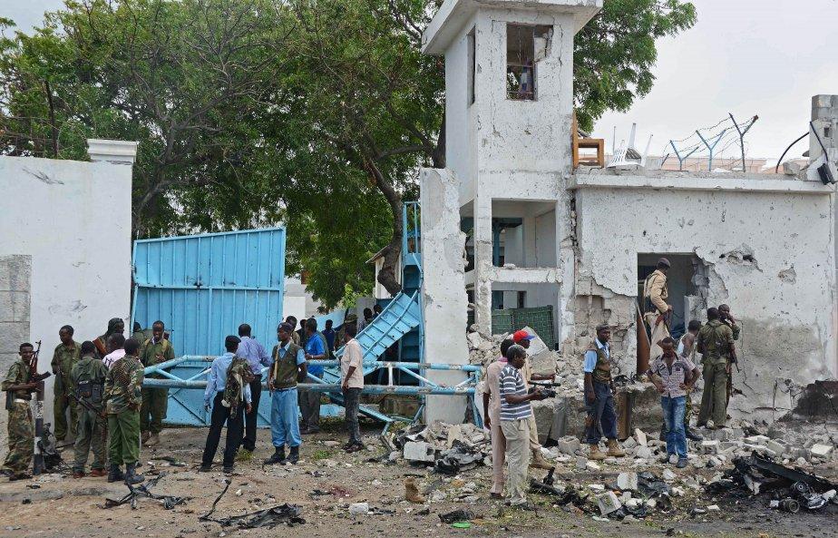 Des d'assaillants munis d'explosifs ont pénétré dans le... (PHOTO Mohamed Abdiwahab, AFP)