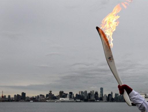 La flamme olympique à Vancouver... (Photo Darryl Dyck, La Presse Canadienne)