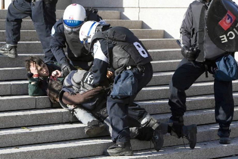Arrestation lors de la manifestation contre la brutalité... (PHOTO ROBERT SKINNER, ARCHIVES LA PRESSE)