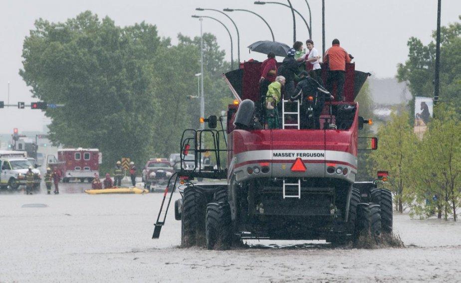 Tout les genres de véhicules ont été utilisés pour des  sauvetages à High River. | 21 juin 2013