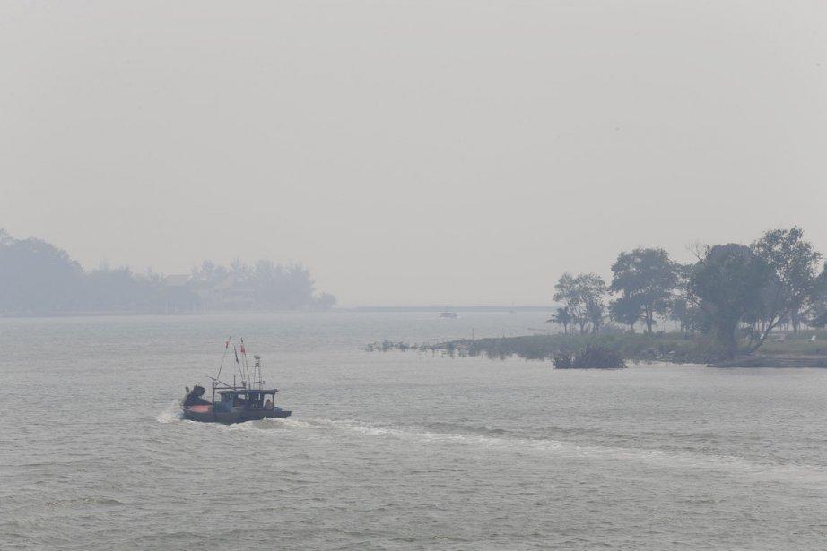 Plus de 140 navires empruntent chaque jour le... (PHOTO BAZUKI MUHAMMAD, REUTERS)
