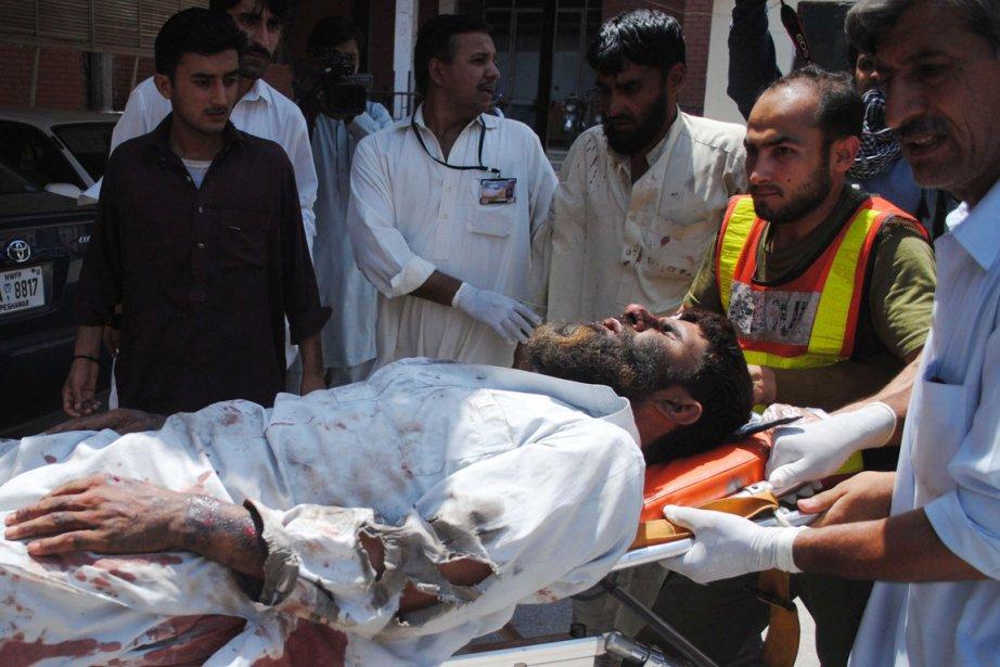 Des secouristes évacuent un blessé de la mosquée... (PHOTO HASHAM AHMED, AFP)