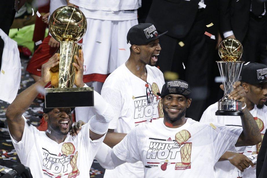 Dwyane Wade soulève le trophée Larry-O'Brien, emblême de... (Photo : Wilfredo Lee, AP)