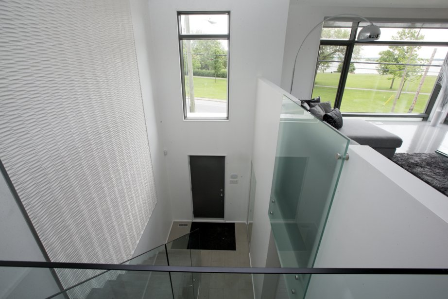 Surprise: l'entrée donne sur des chambres et une salle de bains. Le gigantesque «tableau» n'est qu'un assemblage de trois panneaux de MDF vendus en quincaillerie sertis de baguettes en alu. Génial et spectaculaire! (PHOTO ALAIN ROBERGE, LA PRESSE)