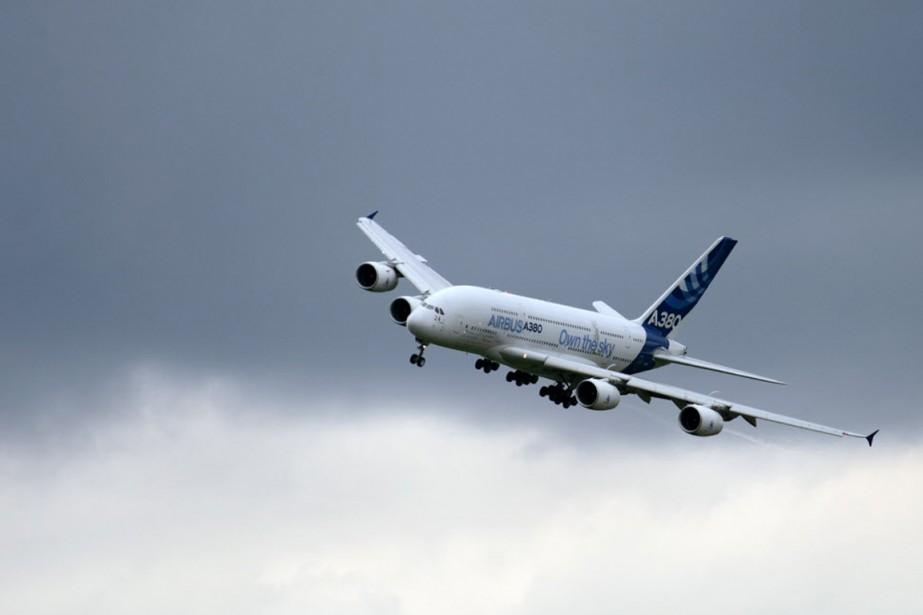 Un Airbus A380 survole l'aéroport de Le Bourget,... (PHOTO ERIC FEFERBERG, archives AFP)