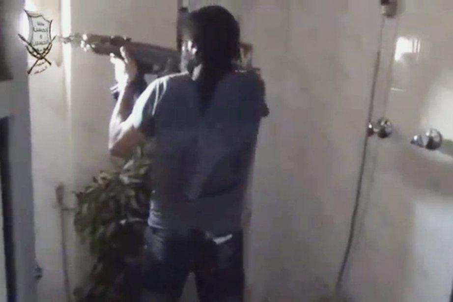 Dans cette image tirée d'une vidéo, un rebelle... (PHOTO AP)