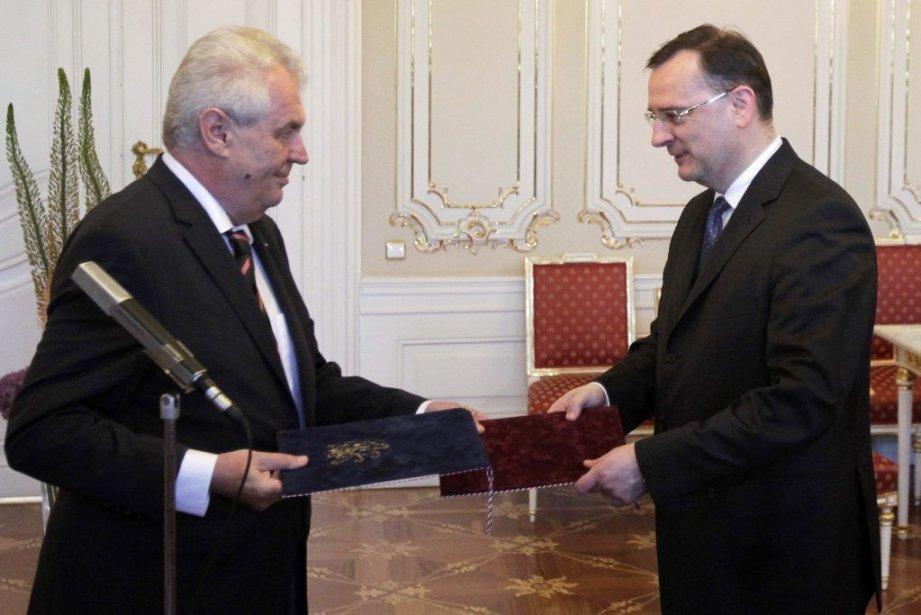 Le premier ministre Petr Necas (à droite) a... (PHOTO DAVID W CERNY, REUTERS)