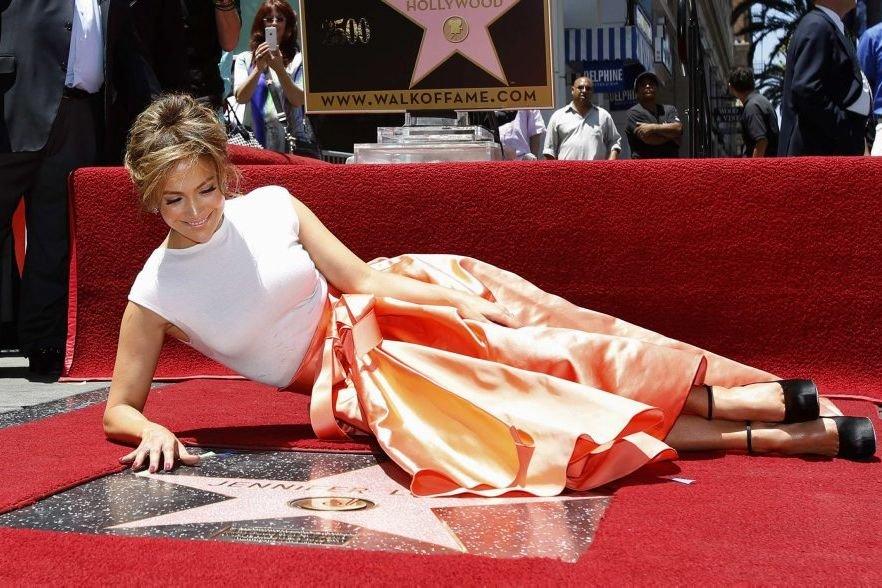 Jennifer Lopez avec son étoile.... (Photo: Reuters)