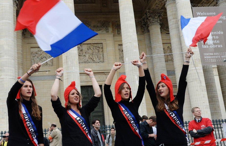 Les manifestants brandissaient des drapeaux français bleu blanc... (Photo Pierre Andrieu, AFP)