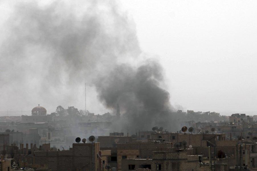 De la fumée s'échappe de bâtiments touchés par... (PHOTO AHMAD ABOUD, AFP)