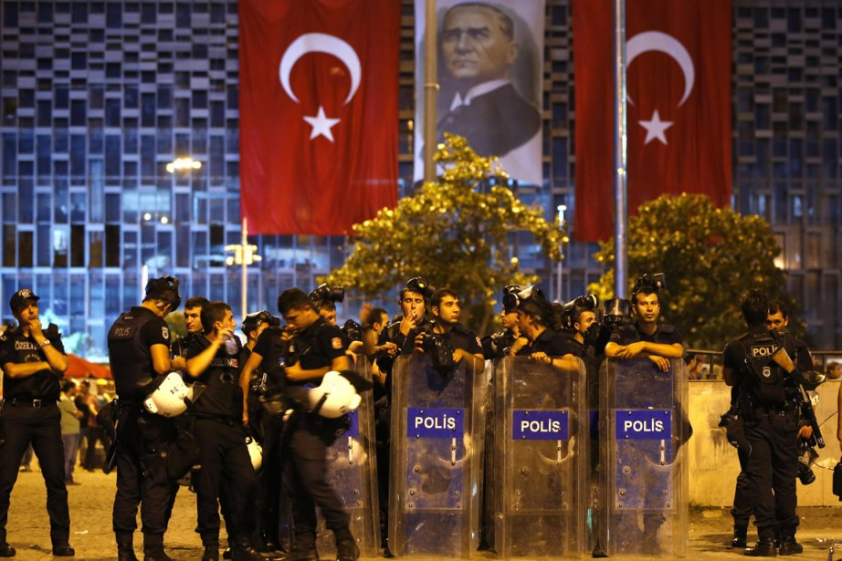 Des centaines de policiers des unités antiémeute ont... (PHOTO MARKO DJURICA, AFP)