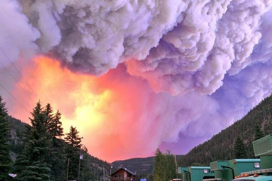 L'avancée rapide du sinistre a forcé l'évacuation de... (PHOTO REUTERS/The Pike Hotshots)